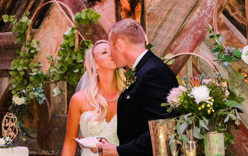 Bride and Groom Kiss Wedding Cake Weborg 21 Centre